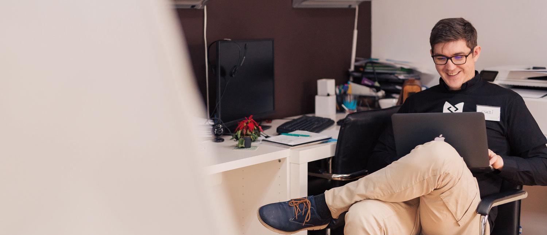 Mann som arbeider på en laptop