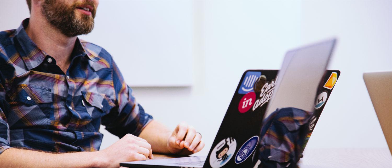 Firmaeier med laptop