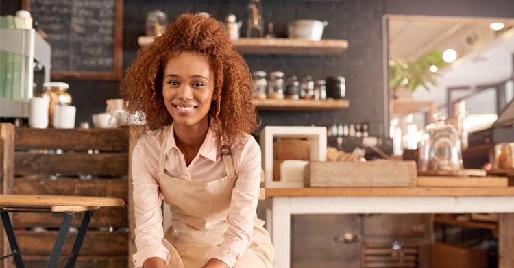 Kvinne som driver kafé